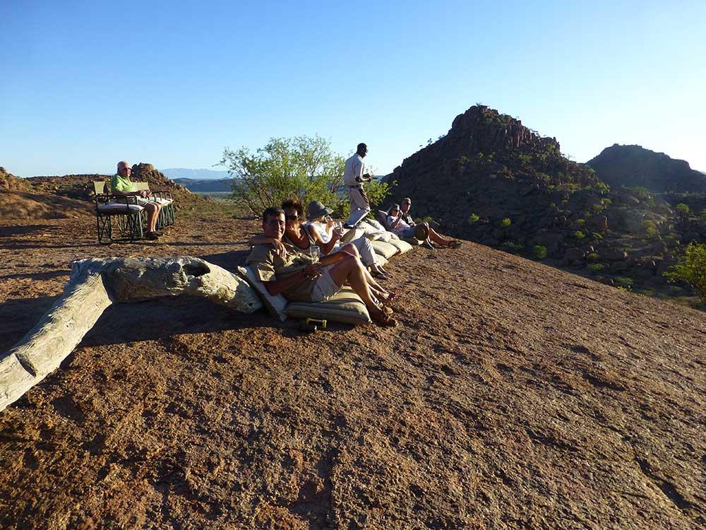 Sundowner auf Mowani. In der Gesteinslandschaft.
